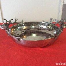 Antigüedades: FRUTERO O BANDEJA METAL DECORADA CON CIERVOS. Lote 133583962