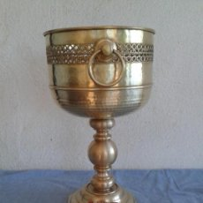 Antigüedades: MACETERO JARDINERA BRONCE. Lote 133589338