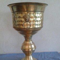 Antigüedades: MACETERO JARDINERA LATON. Lote 133589562