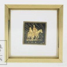 Antigüedades: DAMASQUINADO CON ORO AMARILLO Y VERDE - DON QUIJOTE Y SANCHO PANZA - ENMARCADO. Lote 133600806