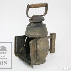 Antigüedades: ANTIGUA LÁMPARA / CANDIL DE MINA / MINERO ? - DOBLE ASA, HOJALATA Y MADERA - MEDIDAS 18 X 16 X 26 CM. Lote 133621090
