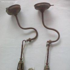 Antigüedades: PAREJA DE LAMPARAS O APLIQUES DE ACEITE DE PARED CON INSTALACIÓN ELECTRICA CANDIL DE BRONCE CON LUZ.. Lote 133664302