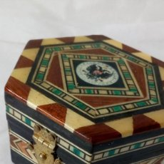Antigüedades: CAJITA HEXAGONAL DE TARACEA CON ESCUDO ´UNIVERSITAS GRANATENSIS´. Lote 133685482