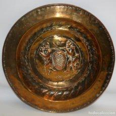 Antigüedades: INTERESANTE PLATO PETITORIO EN COBRE REPUJADO DEL SIGLO XIX. Lote 133725070