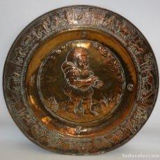 Antigüedades: GRAN PLATO PETITORIO EN COBRE REPUJADO DEL SIGLO XIX. 45 CMS. DIAMETRO. Lote 133725202