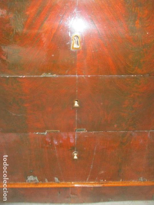 Antigüedades: Antigua Cómoda Isabelina Bombeada - Madera de Raíz de Caoba - Mármol Blanco - S. XIX - Foto 4 - 133731566
