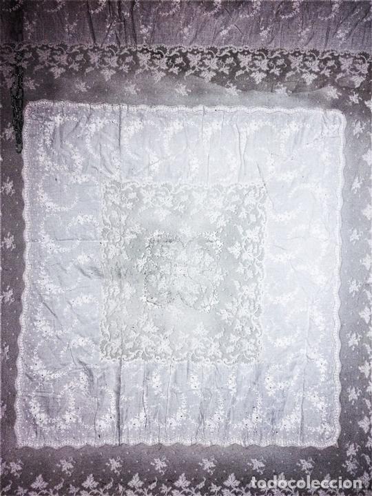 Antigüedades: GRAN CUBRECAMA DE MATRIMONIO. BATISTA. ENCAJE CHANTILLY. BORDADOS MANUALES. ESPAÑA. XIX - Foto 8 - 133738846