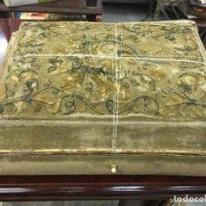 Antigüedades: ANTIGUA CAJA DEL SIGLO XIX BORDADA EN HILO Y CANUTILLO - MEDIDA 35X26CM. Lote 133770590