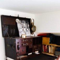Antigüedades: MESA ESCRITORIO BAÚL DE VIAJE ANTIGUO DE PIEL Y MADERA. Lote 133777163