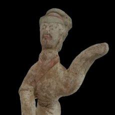 Antigüedades: ESPECTACULAR TERRACOTA DE CHINA DEL SIGLO XVIII. FIGURA ESPECIAL Y PERFECTA. POLICROMADA.. Lote 133777222