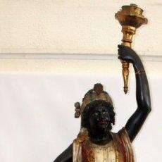 Antigüedades: IMPORTANTE TORCHERO NEGRO (VENECIANO) EN MADERA TALLADA Y POLICROMADA. APROXIMADAMENTE 1900. Lote 133818058