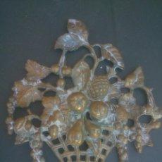 Antigüedades: PLACA CESTA DE FRUTAS BRONCE. Lote 133844762