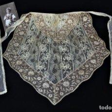 Antigüedades: 47 PRECIOSO MANDIL PPS S XX APLICACIONES DE ENCAJE PUNTO DE AGUJA MANUAL COMBINADO CON HILO. Lote 133893622