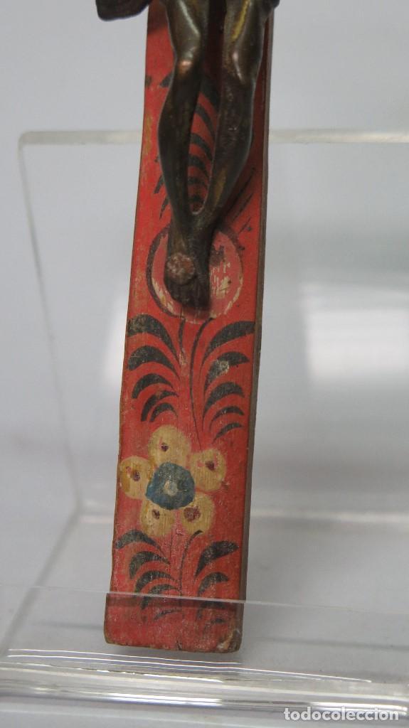 Antigüedades: PRECIOSO CRUCIFIJO. CRISTO BRONCE Y CRUZ POLICROMADA. SIGLO XVIII - Foto 3 - 133967222