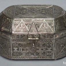 Antigüedades: CAJA DE PLATA LABRADA. RIF. AÑOS 30. Lote 133968126