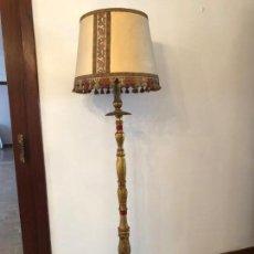 Antigüedades: LAMPARA DE PIE MADERA TALLADA Y DORADA. Lote 134030998