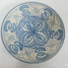 Antigüedades: PLATO DE CERÁMICA EN AZULES, MUY DECORATIVO, IMPECABLE.. Lote 134037438