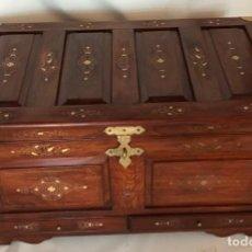 Antigüedades: PIEZA UNICA BAUL COFRE POSIBLEMENTE INDONESIA MADERA CON INCRUSTRACIONES LATON ASAS CIERRE BRONCE. Lote 134054970