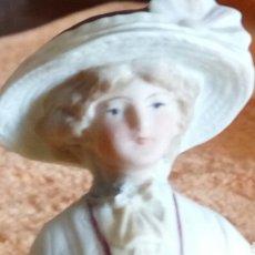 Antigüedades: ANTIGUA PORCELANA MUJER POSANDO, BISCUIT, FIRMA LA BASE DEPOSE'. (FOTO10). Lote 134059918