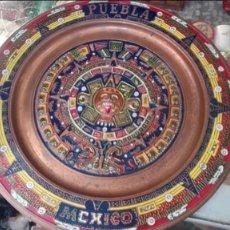 Antigüedades: PLATO DE COBRE CALENDARIO MAYA O AZTECA. MÉXICO. 28 CM. DIÁMETRO.. Lote 193618440