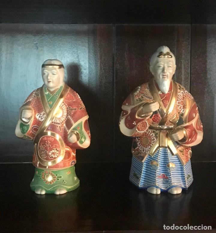 PAREJA FIGURAS PORCELANA JAPONESA MAGNIFICAMENTE DECORADA VIVOS COLORES - SELLO MARCA SIMBOLO BASE (Antigüedades - Porcelana y Cerámica - Japón)