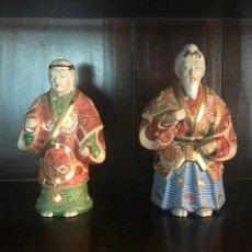 Antigüedades: PAREJA FIGURAS PORCELANA JAPONESA MAGNIFICAMENTE DECORADA VIVOS COLORES - SELLO MARCA SIMBOLO BASE. Lote 134113154