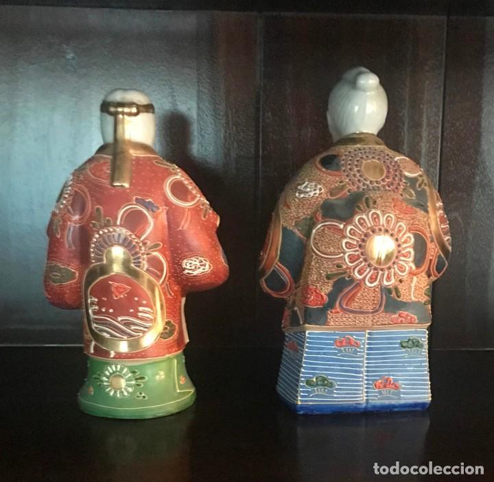 Antigüedades: PAREJA FIGURAS PORCELANA JAPONESA MAGNIFICAMENTE DECORADA VIVOS COLORES - SELLO MARCA SIMBOLO BASE - Foto 2 - 134113154