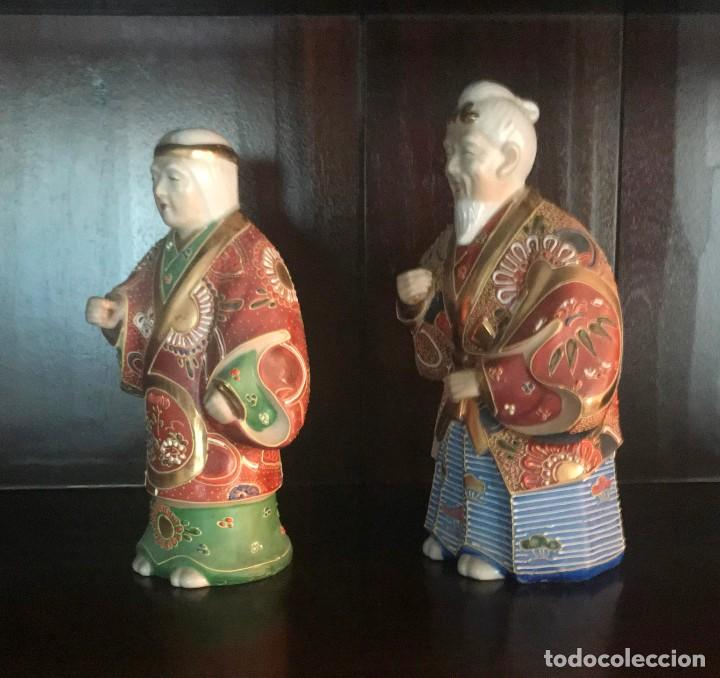 Antigüedades: PAREJA FIGURAS PORCELANA JAPONESA MAGNIFICAMENTE DECORADA VIVOS COLORES - SELLO MARCA SIMBOLO BASE - Foto 3 - 134113154