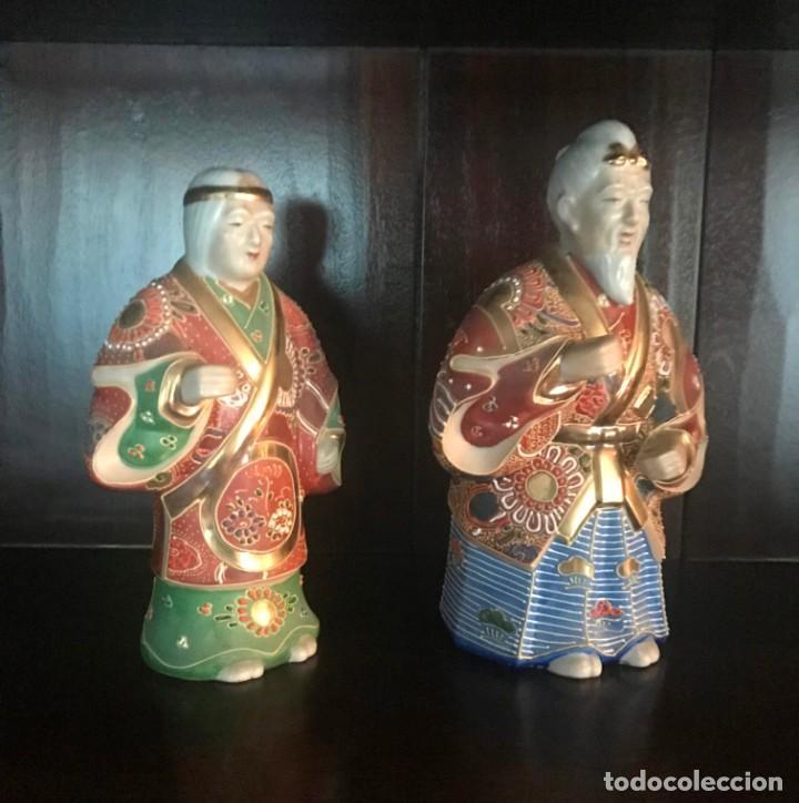 Antigüedades: PAREJA FIGURAS PORCELANA JAPONESA MAGNIFICAMENTE DECORADA VIVOS COLORES - SELLO MARCA SIMBOLO BASE - Foto 4 - 134113154
