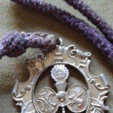 Antigüedades: SEMANA SANTA SEVILLA - MEDALLA CON CORDON HERMANDAD DIVINO PERDON - PARQUE ALCOSA - LETRA GRANDE. Lote 134139886