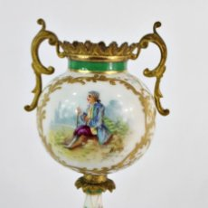Antigüedades: TIBOR, JARRÓN EN PORCELANA PINTADA A MANO, SÈVRES, S XIX. DETALLES AL ORO FINO. Lote 134178502