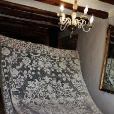 Antigüedades: T8 GRAN COLCHA DE TELA DE MALLA BORDADO MANUAL S XIX ART NOUVEAU. 250X220 CM . Lote 134187330
