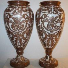 Antigüedades: PAREJA DE JARRONES URNAS EN CERÁMICA DE REFLEJO METÁLICO DE MANISES CON ÁNGELES - C.1900. Lote 134241790