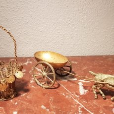Antigüedades: CESTA Y CARRO JOYERO TIRADO POR CABRA DE LATÓN DORADO PRIMER TERCIO SIGLO XX. Lote 134245625
