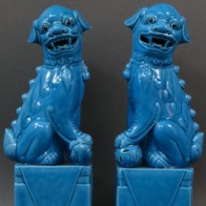 Antigüedades: PAREJA FURIAS FOO CERÁMICA VIDRIADA AZUL CHINA SIGLO XX. Lote 134303026