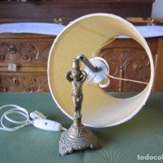 Antigüedades: LAMPARA DE MESILLA ANTIGUA CON ESCULTURA DE BRONCE. Lote 66794138