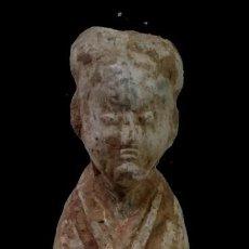 Antigüedades: ANTIGUA ESCULTURA DE TERRACOTA DE UN CHINO. SIGLO XVIII. RESTOS DE POLICROMÍA.. Lote 134393866