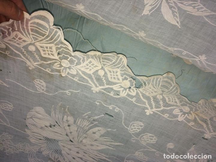 Antigüedades: PAREJA DE CORTINAS VISILLO. BORDADO A MANO SOBRE FINA BATISTA. ESPAÑA. SIGLO XIX - Foto 13 - 134397746