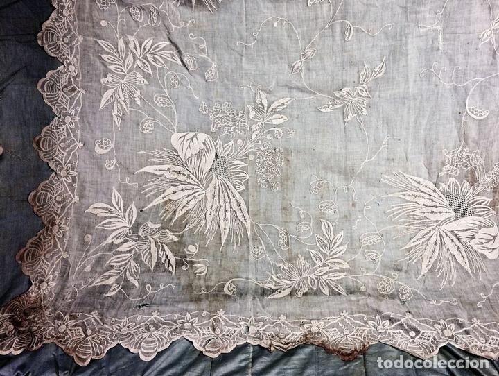 Antigüedades: PAREJA DE CORTINAS VISILLO. BORDADO A MANO SOBRE FINA BATISTA. ESPAÑA. SIGLO XIX - Foto 16 - 134397746