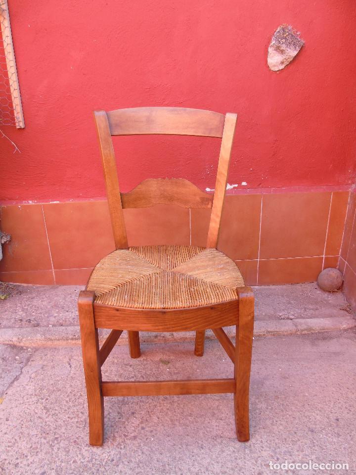 Antigüedades: ANTIGUA PAREJA DE SILLAS DE MADERA DE HAYA Y ASIENTO DE ENEA. RESTAURADAS. - Foto 2 - 134420582