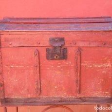 Antigüedades: ANTIGUO BAÚL DE MADERA DE PINO Y CHAPA.. Lote 134490106