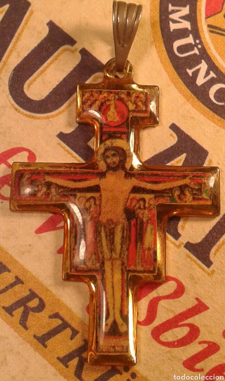 COLGANTE RELIGIOSO. CRUCIFIJO. CRUZ. SAN FRANCISCO DE ASIS. (Antigüedades - Religiosas - Crucifijos Antiguos)