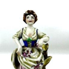 Antigüedades: JOVEN CON FLORES. PORCELANA ESMALTADA. MARCA EN LA BASE. ALEMANIA?. CIRCA 1950.. Lote 134753958