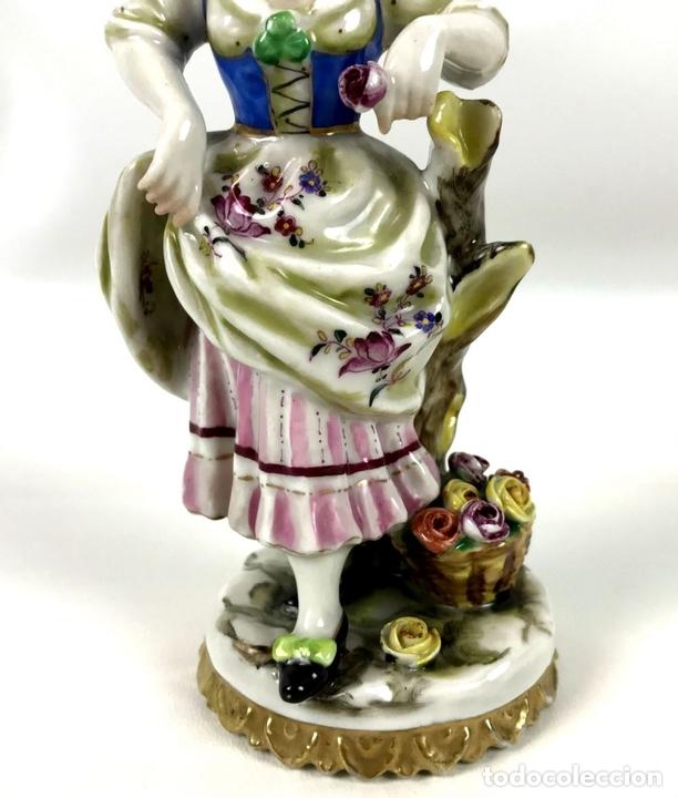 Antigüedades: JOVEN CON FLORES. PORCELANA ESMALTADA. MARCA EN LA BASE. ALEMANIA?. CIRCA 1950. - Foto 3 - 134753958