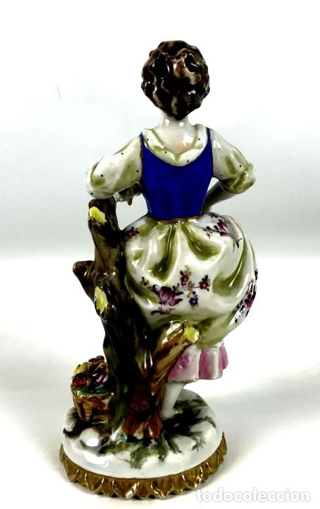 Antigüedades: JOVEN CON FLORES. PORCELANA ESMALTADA. MARCA EN LA BASE. ALEMANIA?. CIRCA 1950. - Foto 6 - 134753958