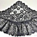 Antigüedades: MANTILLA DE TERNO. ENCAJE SEMIMECANICO. BORDADO SOBRE TUL. ESPAÑA. SIGLO XIX. Lote 150963865