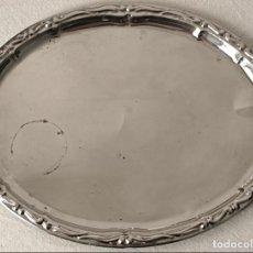 Antigüedades: BANDEJA DE METAL PLATEADO O CROMADO. 35 X 27,5 CM. VER FOTOS Y DESCRIPCION. Lote 134843058