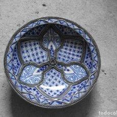 Antigüedades: PLATO AZUL DE CERÁMICA MARROQUI VIDRIADA ADORNOS METÁLICOS, MEDIDA 30 X 8 CM.FIRMADO EN LA BASE. Lote 134859290