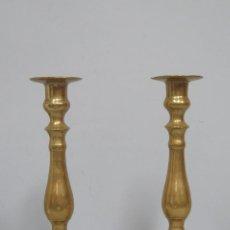 Antigüedades: PAREJA DE CANDELABROS DE BRONCE. SIGLO XIX. Lote 134859730