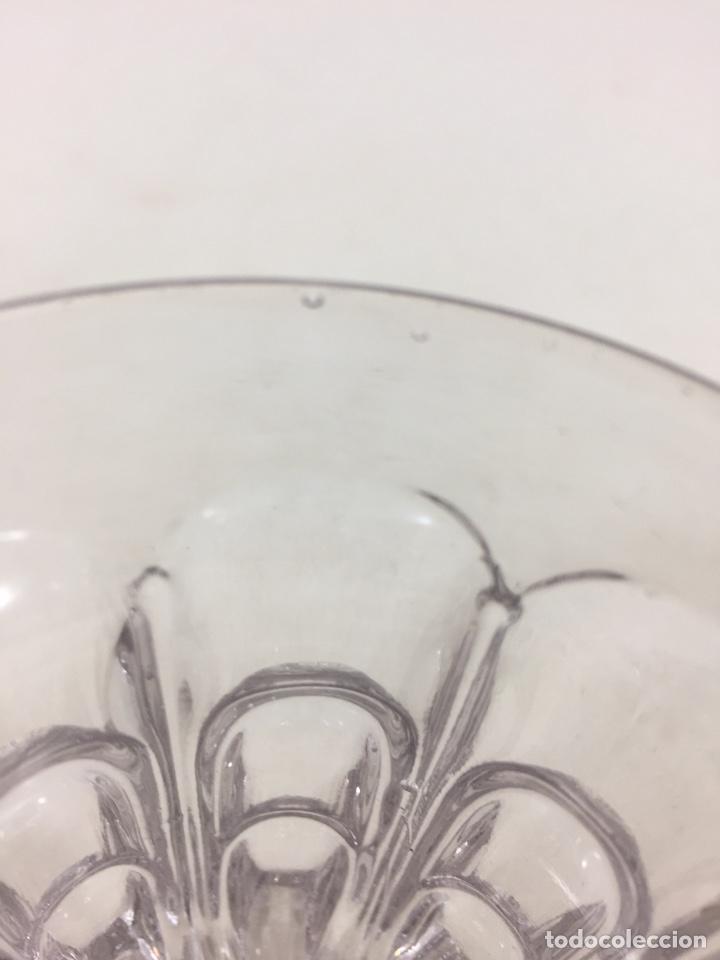Antigüedades: Pequeña copa de cristal de la fábrica Santa Lucía de Cartagena con defecto de fabricación - Foto 4 - 134898759